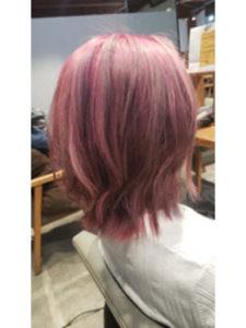ピンク髪の女性