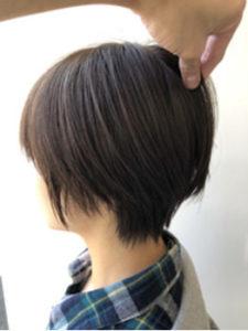ふんわり丸みのあるショートヘアの女性