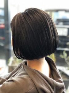 黒髪丸みのあるボブヘアの女性