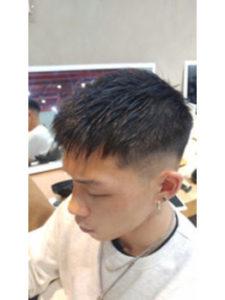 髪を刈り上げた男性の横顔
