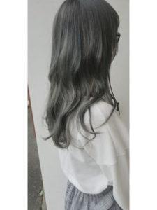 暗髪ロングヘアーの女性