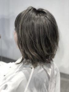 グレーの髪色の女性