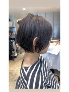 ショートヘアーの女性の横顔